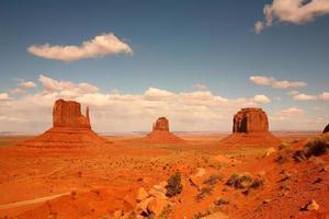 3 buttes nella valle del monumento in arizona foto