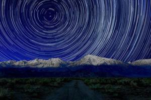 esposizione notturna tracce stellari del cielo a Bishop california foto