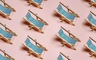 modello di sedie da spiaggia estive su uno sfondo rosa pastello con spazio copia, minimalismo, concetto di estate e relax, reti foto