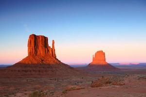 Buttes al tramonto nella valle del monumento in Arizona foto