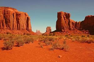 buttes nella valle del monumento in arizona foto