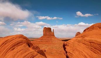 bella butte nella valle del monumento in arizona foto