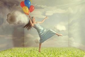 donna che fluttua come immagine di fantasia di levitazione foto