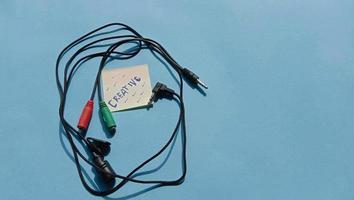 foto di un microfono esterno cablato con cavo che si collega a uno smartphone o un laptop