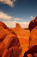 tra le rocce nella valle del monumento in arizona foto