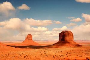 2 buttes in ombra nella valle del monumento in arizona foto