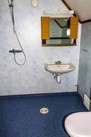 decorazione d'interni vacanza cottage. doccia e servizi igienici blu in norvegia foto