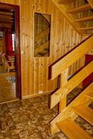 decorazione d'interni vacanza cottage. corridoio in legno con porte in norvegia foto