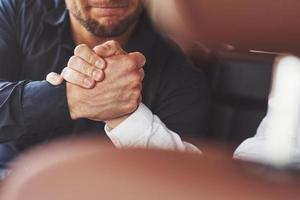 stretta di mano di due uomini. contatti commerciali di successo dopo un buon affare foto