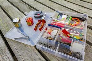 attrezzatura da pesca con scatola su un molo di legno in norvegia foto