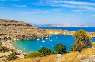 panorama della baia della spiaggia di lindos con acqua cristallina turchese rodi grecia foto