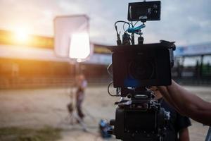 macchina da presa e luci del set cinematografico di produzione sul set foto