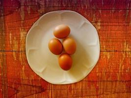 uova sullo sfondo di legno foto