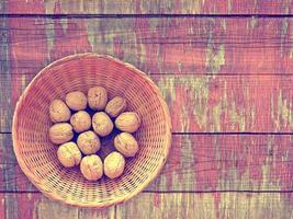 noci sullo sfondo di legno foto