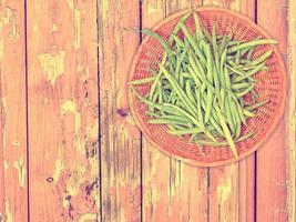 verdura di fagiolini su fondo di legno foto