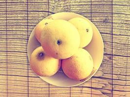 arance su fondo in legno foto