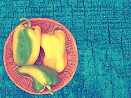 peperoni su fondo in legno foto