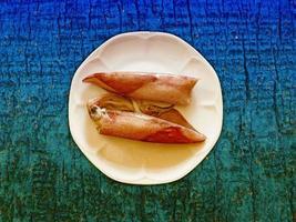 calamaro su fondo di legno foto