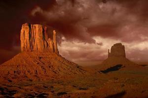 furia della natura nella valle del monumento in arizona foto