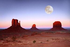 tramonto sulle buttes nella valle del monumento in arizona foto