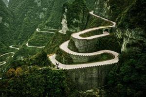 strada del parco forestale nazionale di zhangjiajie che esce dalle 99 curve foto