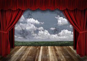 palcoscenico drammatico con tende da teatro di velluto rosso foto