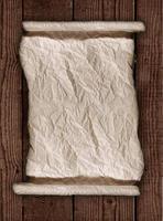 carta pergamena consumata su fondo rustico in legno foto