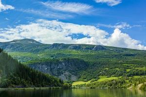 bellissimo fiordo e paesaggio di montagna in norvegia foto