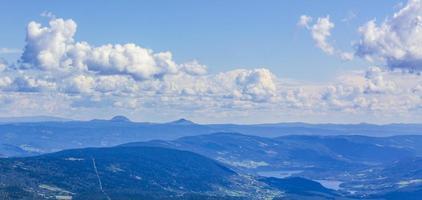 panorama del paesaggio di montagna al giorno di sole in vang norvegia foto