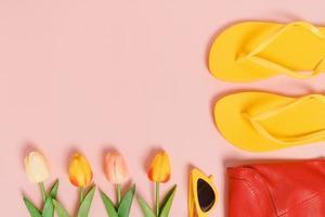 foto piatta creativa di viaggi vacanza primavera o estate moda tropicale. vista dall'alto accessori da spiaggia su sfondo di colore rosa pastello con spazio vuoto per il testo. vista dall'alto copia spazio fotografico.