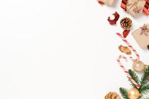 minima disposizione piatta creativa della composizione tradizionale natalizia e delle festività natalizie di capodanno. vista dall'alto decorazioni natalizie invernali su sfondo bianco con spazio vuoto per il testo. copia spazio fotografico. foto