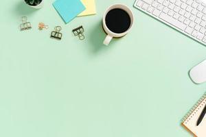 spazio di lavoro minimo - foto creativa piatta della scrivania dell'area di lavoro. scrivania da ufficio vista dall'alto con tastiera e mouse su sfondo di colore verde pastello. vista dall'alto con spazio di copia, fotografia piatta.