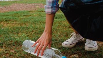 felici giovani attivisti asiatici che raccolgono rifiuti di plastica sulla spiaggia. le volontarie coreane aiutano a mantenere la natura pulita e a raccogliere la spazzatura. concetto sui problemi di inquinamento di conservazione ambientale. foto