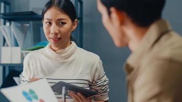 felici giovani uomini d'affari e donne d'affari dell'Asia incontro di brainstorming di alcune nuove idee sul progetto al suo partner che lavora insieme pianificazione della strategia di successo godetevi il lavoro di squadra in un piccolo ufficio moderno. foto