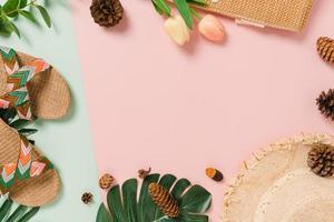 piatto creativo di viaggio vacanza primavera o estate moda tropicale. vista dall'alto accessori da spiaggia su sfondo di colore rosa verde pastello con spazio vuoto per il testo. vista dall'alto copia spazio fotografico. foto