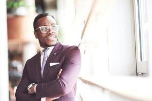 un bellissimo uomo d'affari afroamericano legge in un caffè. foto