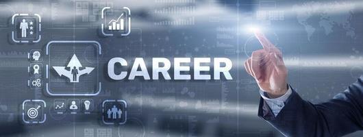 iscrizione di carriera e icone delle persone sullo schermo virtuale. imprenditore premendo carriera foto