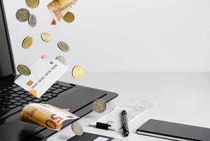 saldo della carta di credito. affari, valuta euro. copia spazio foto