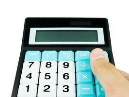 calcolatrice con mano isolata su sfondo bianco foto