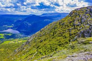 panorama del paesaggio di montagna e lago vangsmjose in vang norvegia. foto