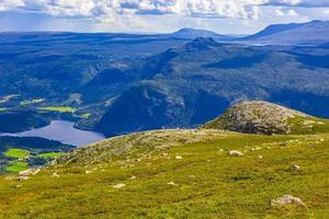 panorama del paesaggio di montagna e lago vangsmjose a vang norvegia. foto