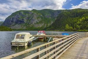 pontile per barche pontile sul lago vangsmjose vang norvegia. foto