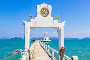 tempio tailandese nell'acqua e paradiso koh phayam thailandia. foto