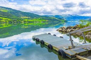molo al fantastico paesaggio norvegese montagne foreste fiordo jotunheimen norvegia. foto