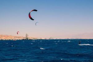 windsurfisti che navigano nel mar rosso foto