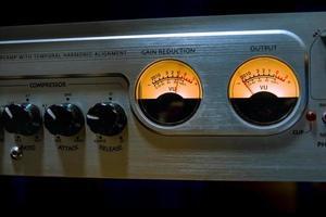 equalizzatore mixer audio con molti pulsanti e vu meter in studio di registrazione foto