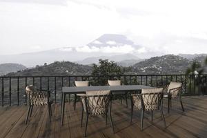 balcone dal design moderno scandinavo con tavolo da pranzo. casa terrazza all'aperto 3d rendering illustrazione con vista sulla natura. foto