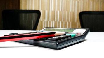 calcolatrice e matita sul banco dell'aula foto