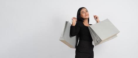concetto di acquisto della donna. felicemente ragazza e borse della spesa foto