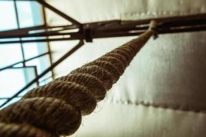 corda da arrampicata marrone appesa al tetto foto